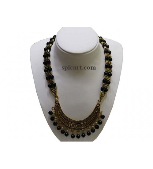 HALF MOON SHAPED PENDANT WITH AGATE BLACK BEADS NECKLACE